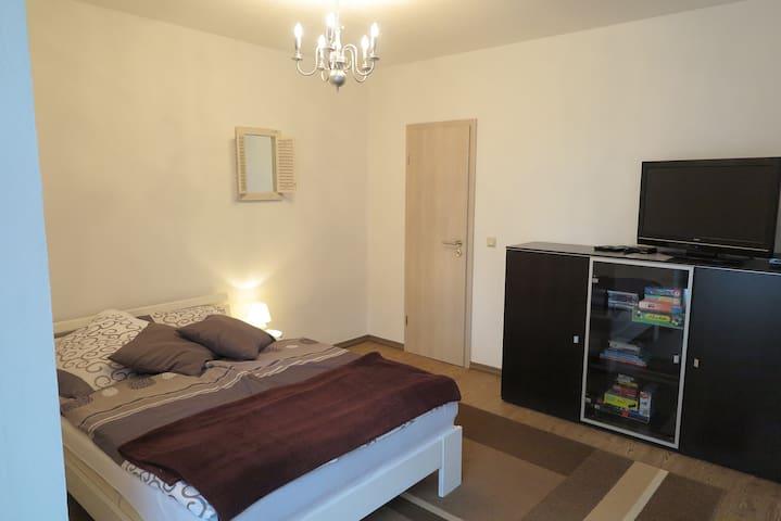 Schlafzimmer 2 mit LED-TV Bett 1.40m breit