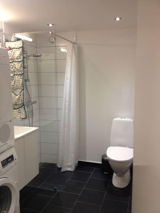 Stort rummeligt badeværelse