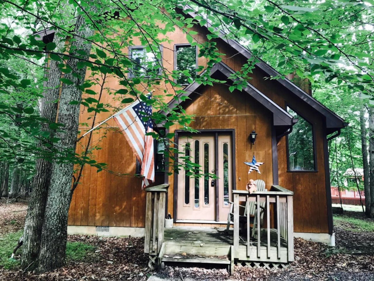 A Little Charming House for Your Family Vacation. We have hosted guests from all over the world: Doctors, Professors, Lawyers including  Canadian popular singers and Ryan Brenizer Top 10 Weeding Photographer in the world!  They loved the nature here!