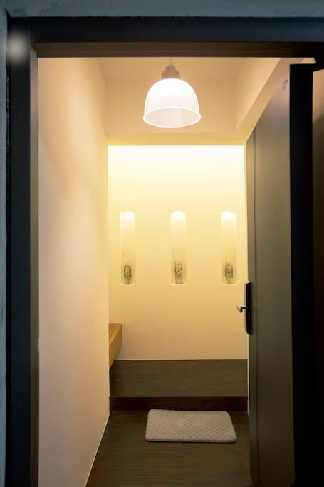 Doorway into the apartment 大门入口玄关和走廊