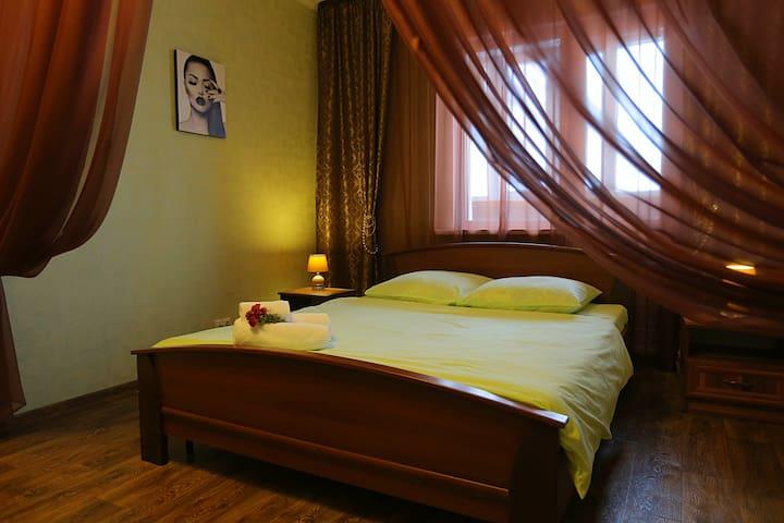 Крылова 32, Романтичная и уютная квартира - Surgut - Apartment