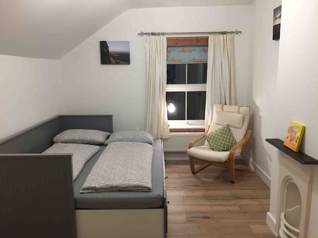Quiet Bedroom close to Bicester Village Outlet