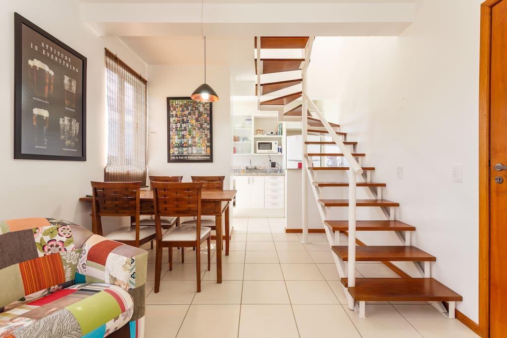 Sala de estar e jantar, conectada à cozinha.