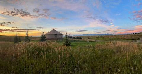 Yonder Yurt: 5 acres of panoramic mountain views