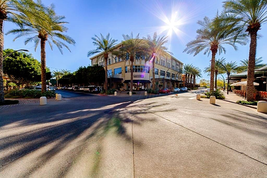 Excellent shopping, dining and entertainment including live music in scottsdale quarter and kierland commons. 2 minutes walk