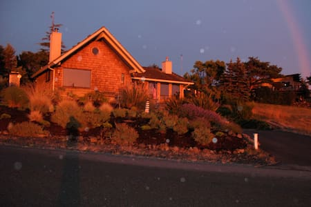 Beach house on Discovery Bay views and/ mountains - Port Townsend