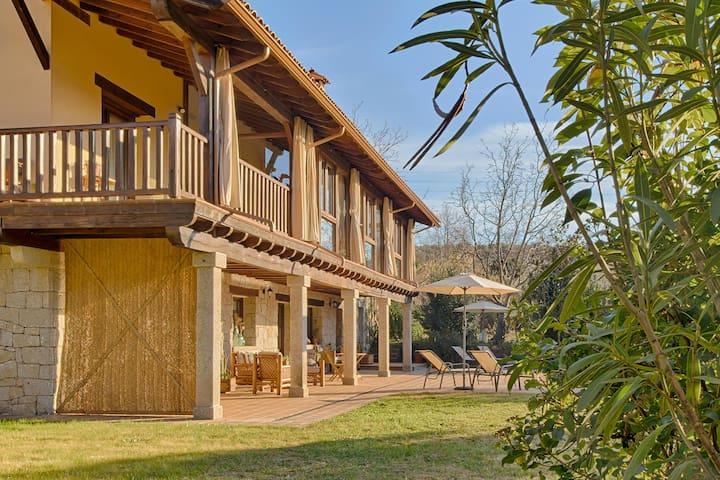 Casa rural con encanto (piscina y jardines).