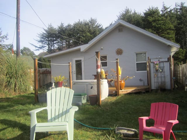 TDM Cottage, quiet beach, hot tub! - Cloverdale - Hus