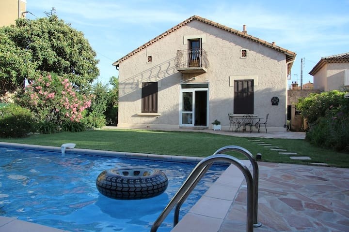 Chambre bleue dans villa avec piscine