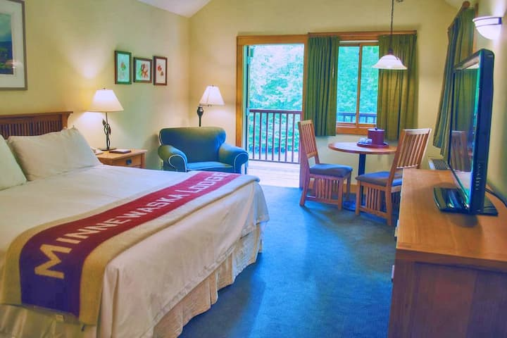 Minnewaska Lodge, 1 KING BED WITH DECK