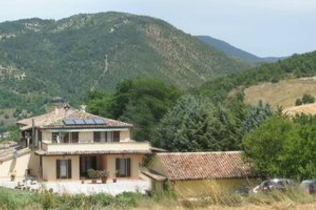 la villa e i monti del Furlo