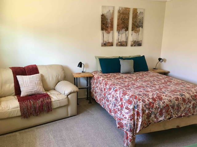 Cozy and clean guest suite at base of Mt Elden
