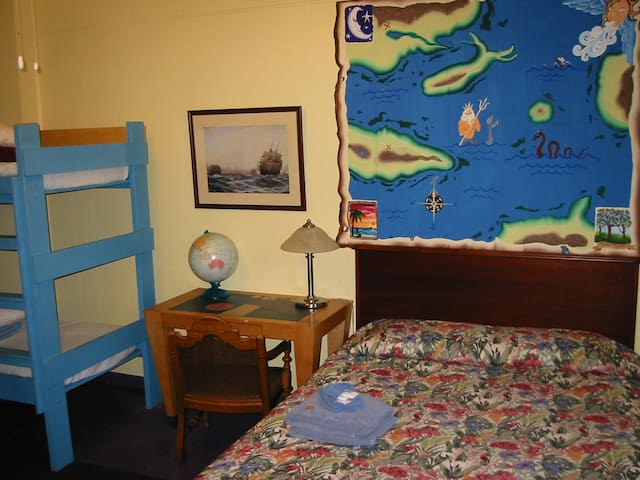 The Pirate Haus - King size bed and two bunkbeds