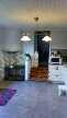 pjoto de l'arrivée a la cuisine ( avec 4 marches) micro ondes frigo four, 4 feux a gaz, cafetiere etc etc .....