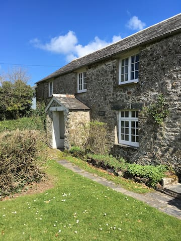 Family cottage with large garden, dogs welcome!