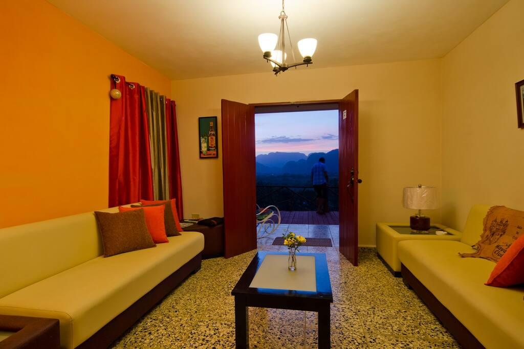 Sala de nuestra casa con vista al Valle