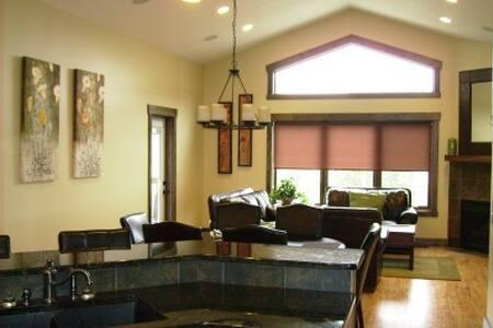 Relaxing Radium Home ~ FREE private Rec Ctr Access - Radium Hot Springs - Haus