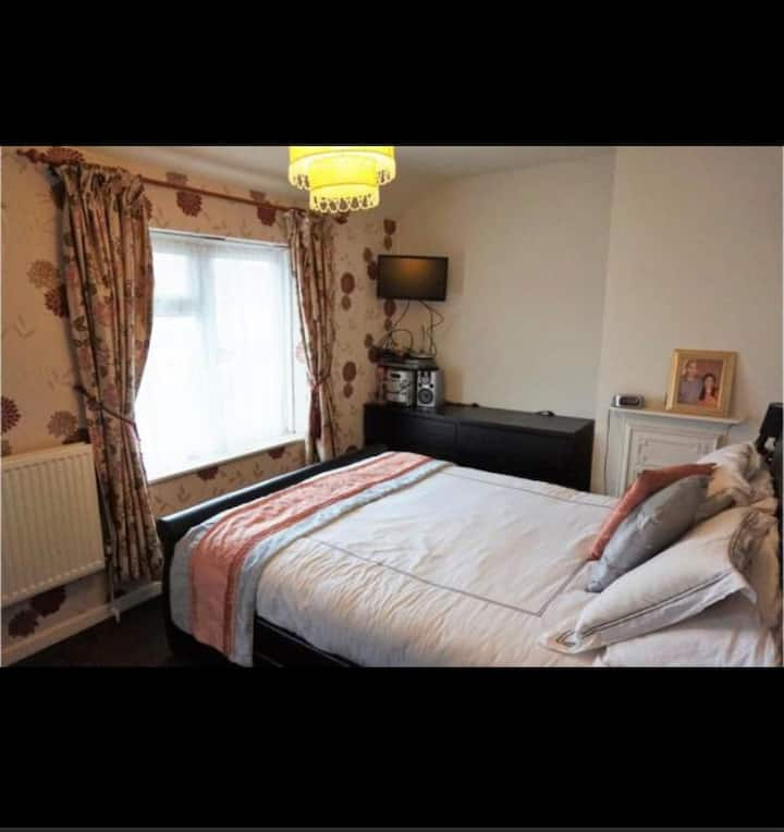 Lovely Large king size Double room in London