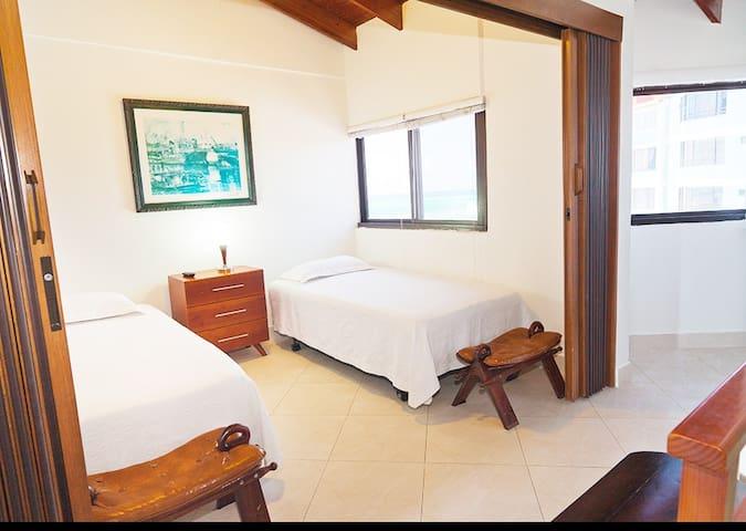 Tercera habitacion ; 2 camas sencillas que se pueden convertir en una cama matrimonial King Size. 2X2