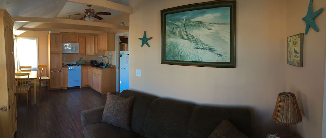 Renovated, squeaky clean,  BEACHFRONT 1 br - North Truro