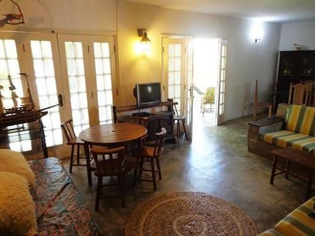 sala de estar com TV e mesa de jogos