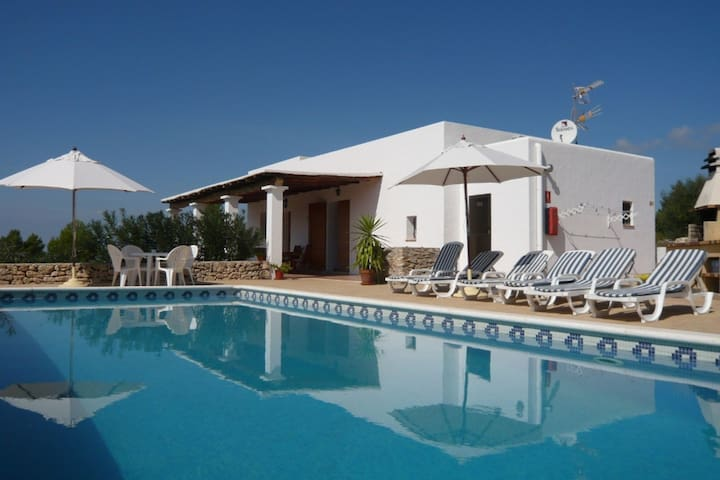 Nice apartment with pool situated in a quiet location near San Rafael