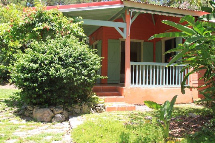 Jolie petite maison au coeur d'un jardin tropical