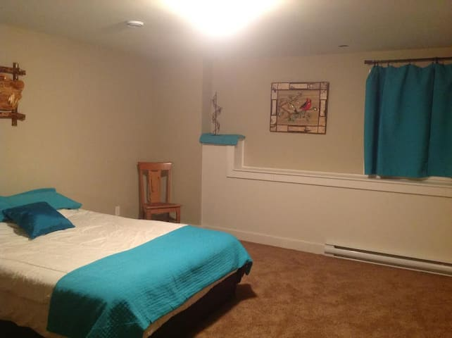 Large bedroom in family friendly, private  home. - St. John's - House