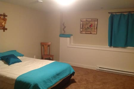 Large bedroom in family friendly, private  home. - St. John's - Hus