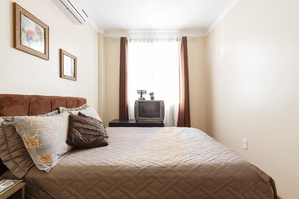 sch nes zimmer mit klimaanlage wohnungen zur miete in florian polis santa catarina brasilien. Black Bedroom Furniture Sets. Home Design Ideas