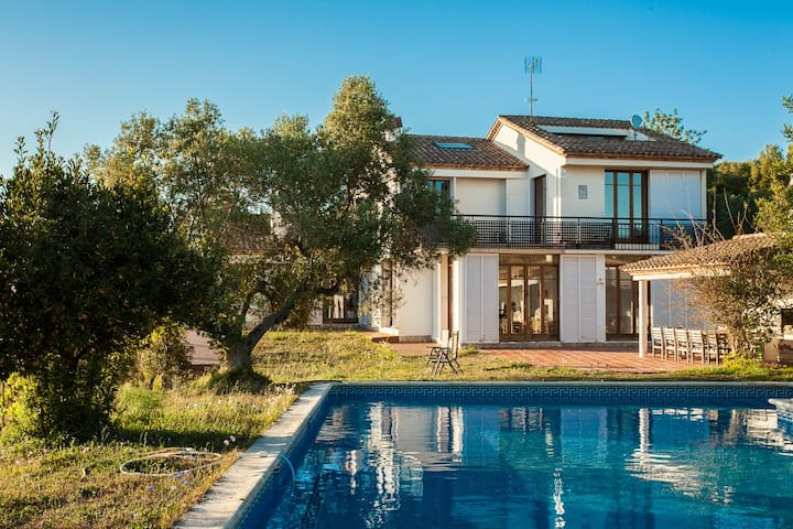 Quiet villa with big pool and gardens in Calafell