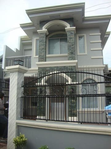 Cosy 4BD fully airconditioned house - Iloilo City - House