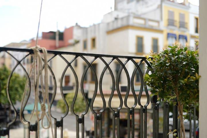 Vista exterior desde el balcón, lista para Semana Santa