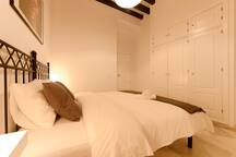 Dormitorio con amplio armario