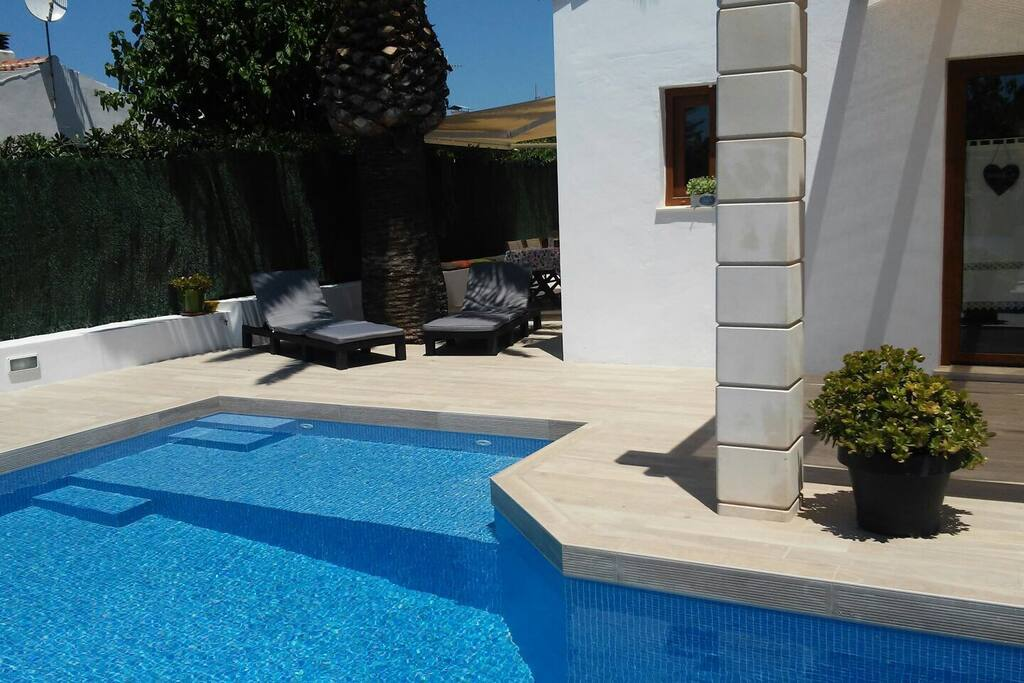 Vista de la piscina hacia la terraza lateral