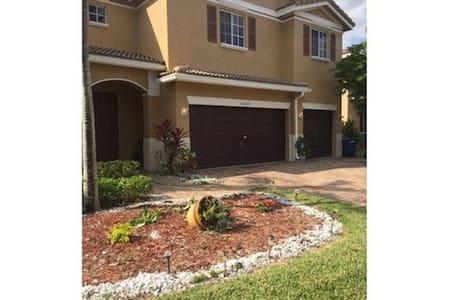 Sandy's home - Miami Gardens - House