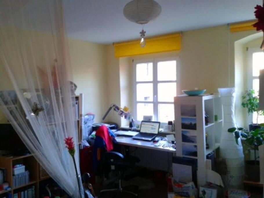 Arbeitsplatz, große und helle Fenster