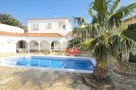 Classic luxury 6 bedrooms villa - Miami Platja