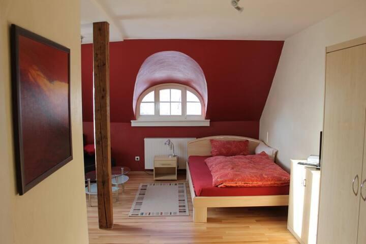 Hell und freundlich eingerichtete,  saubere Zimmer