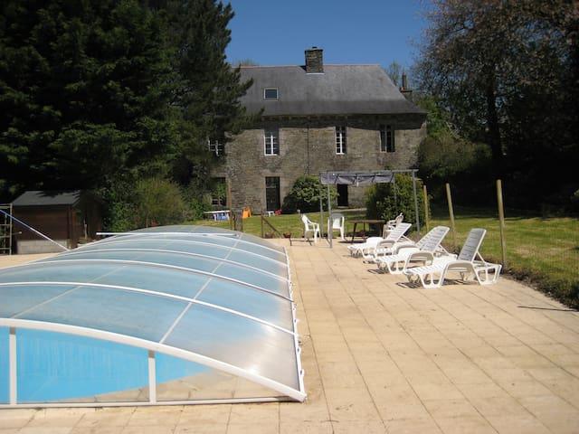 grand manoir avec piscine et jardin - Spézet