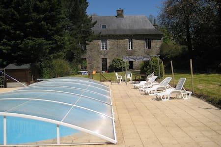 grand manoir avec piscine et jardin - Spézet - Zamek