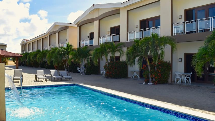 Best Price on Eagle Beach with Pool for up to 6 ! - Noord - Townhouse