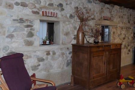Bedroom in a renovated farm - Les Échelles