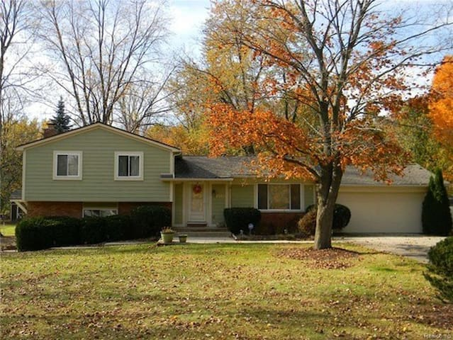 Beautiful MCM in Quiet Neighborhood - West Bloomfield Township - Rumah