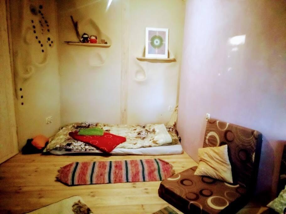 pokój gościnny w drewnie i glinie
