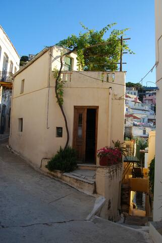 the house seen from the street... (la maison vue de la rue, et la terrasse) ...