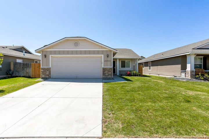 Amazing Pet Friendly Home in Nampa-Near Everything