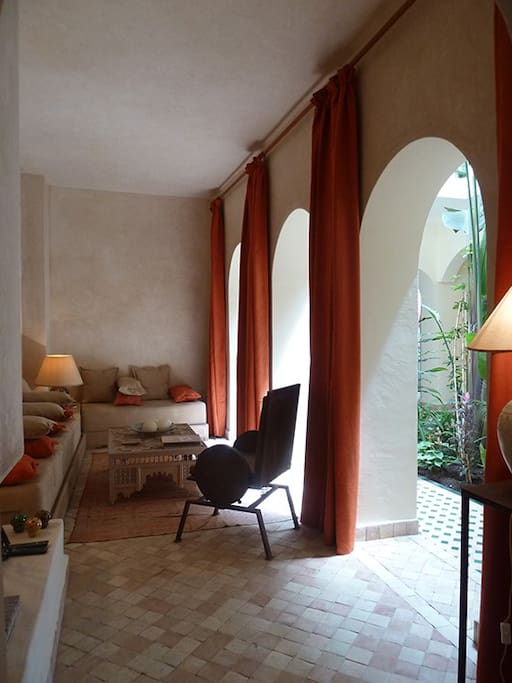 le salon avec cheminée, ouvert sur le patio