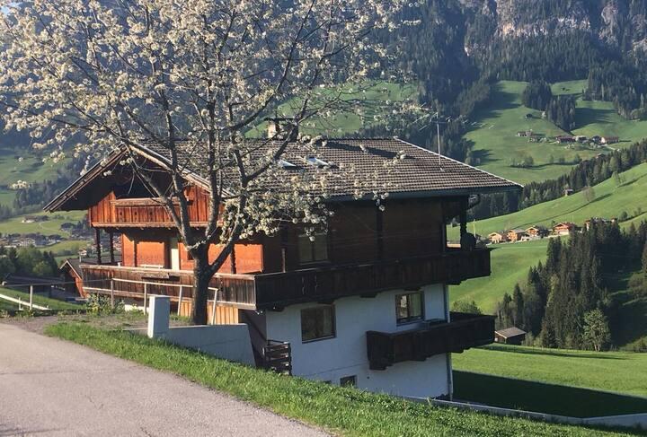 """Traditionelles """"Marchanger""""-Haus in den Bergen"""