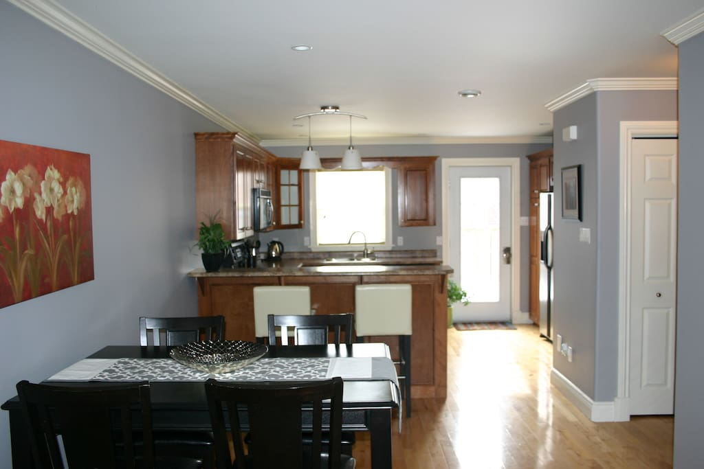 Open Concept Dining and Kitchen with Peninsula